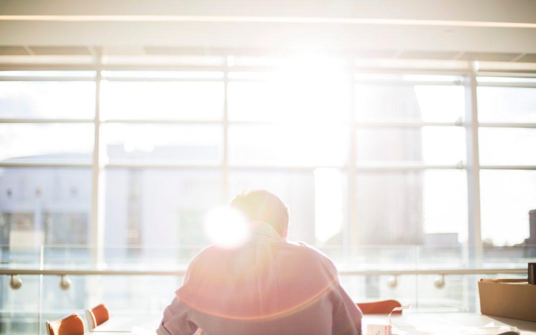 Posturas correctas para proteger la espalda en la oficina